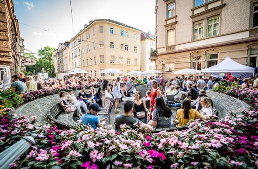 Zahlreiche Besucher strömen in den Süden und genießen das tolle Wetter – wie hier am Mozartplätzle. Foto: Lichtgut/Julian Rettig
