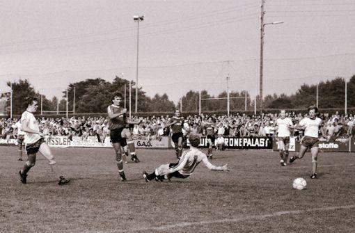 Willi Hoffmann trifft vor vollen Rängen  gegen den Rivalen aus Eislingen.  Foto: Baumann