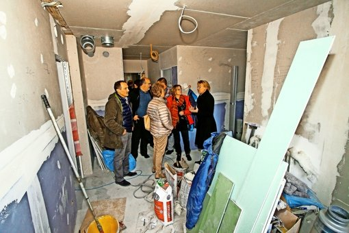 Der Gemeinderat und die Stadtverwaltung besichtigen die Flüchtlingsunterkunft im Fruchtkasten. Foto: factum/Bach