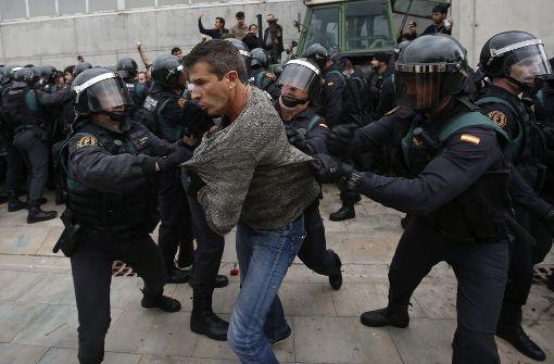 Einheiten der Guardia Civil, der spanischen Nationalpolizei, gehen in Santa Julia de Ramis bei Girona gegen Menschen vor, die ihre Stimme abgeben wollen. Foto: AP