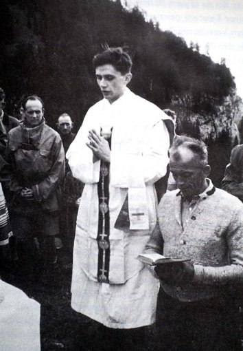 Der damalige Priester Joseph Ratzinger hält bim Jahr 1952/b eine Bergmesse in Ruhpolding. Foto: Privat/dpa