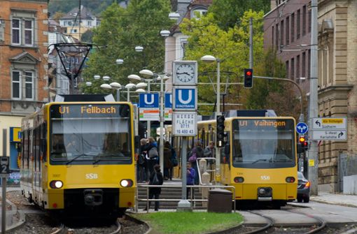 Auto kracht in Böblinger Straße mit Stadtbahn zusammen