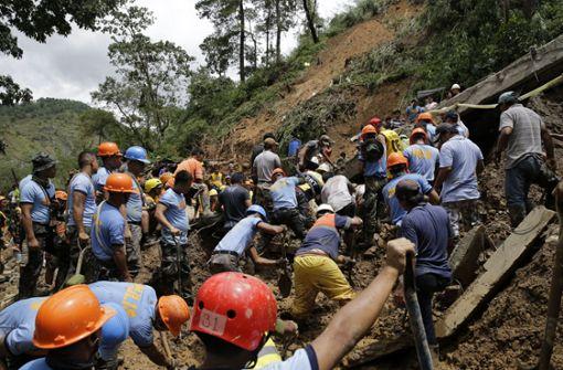 Rettungsteams suchen im Schlamm nach Todesopfern