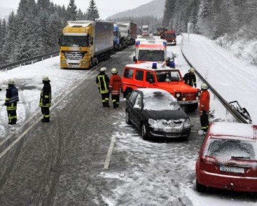Schnee macht Autofahrern zu schaffen