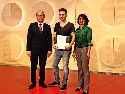 David   Müller (Mitte) bekommt den Preis von der Landtagsabgeordneten Muhterem Aras (rechts) Foto: Landtag