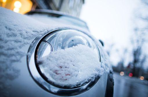 Die Scheinwerfer, Blinker, Rückleuchten und das Kennzeichen müssen vom Schnee befreit werden und gut sichtbar sein. Foto: dpa
