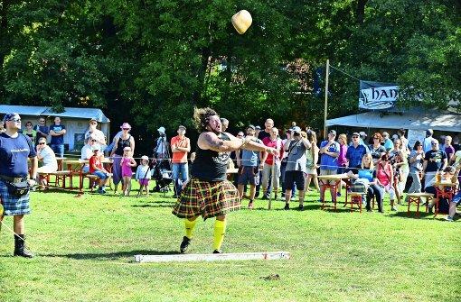 Wooooaaah – da fliegt der Steinbrocken bei den Highlandgames in Weilimdorf Foto: 7aktuell.de/Gabriel Spahn