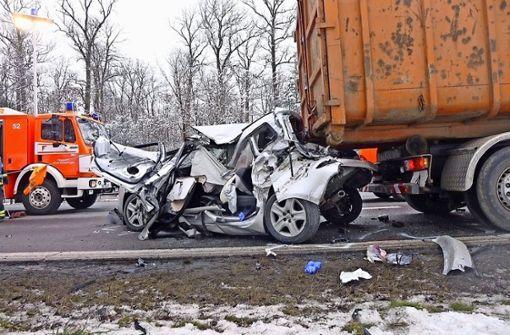Autofahrer rast in Absperrung der Straßenmeisterei