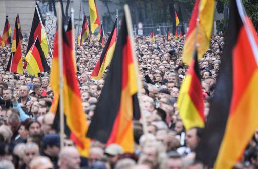 """Ein Bild vom """"Trauermarsch"""" in Chemnitz Foto: dpa"""