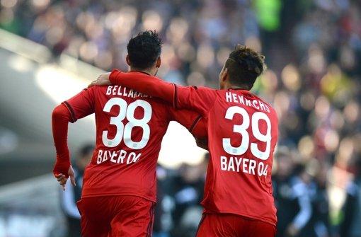 Leverkusens Karim Bellarabi (links) bejubelt sein Tor zum 0:2 zusammen mit  Benjamin Henrichs. Foto: dpa