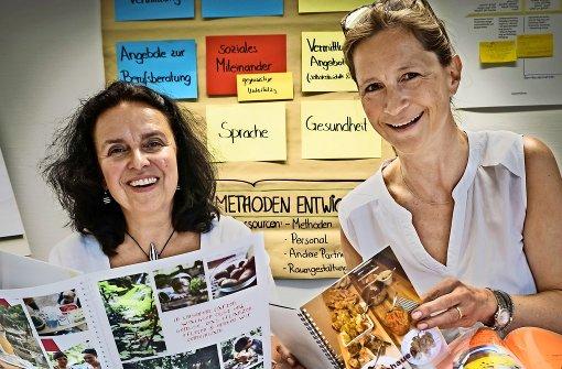Christina Pittelkow-Abele (li.) und Silke Schmidt-Dencker zeigen beachtenswerte Dokumentationen zum Thema Ernährung aus Stuttgarter Kitas. Foto: Lichtgut/Achim Zweygarth