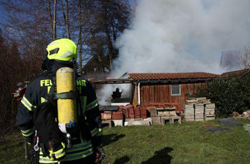 Auch der Dachstuhl der angrenzenden Hütte wurde bei dem Feuer in Mitleidenschaft gezogen. Foto: SDMG