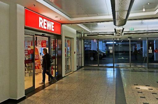 Immer weniger Kunden suchen das Erdgeschoss des City_Centers auf, um bei Rewe einzukaufen. Im angrenzenden Parkhaus sind zwei Etagen geschlossen. Foto: factum/Granville