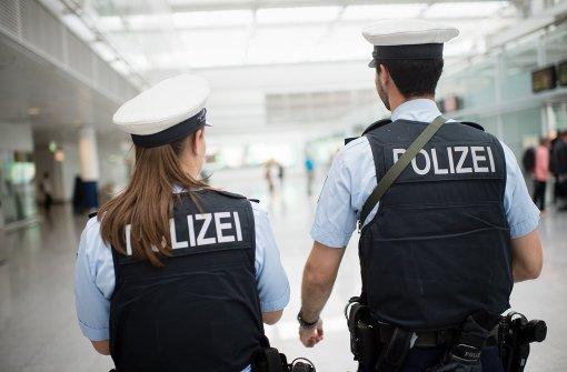 Der Rentner ging auf Ticketkontrolleure und Bundespolizisten los (Symbolbild). Foto: dpa