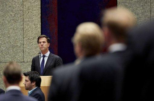Das niederländische Parlament mit Ministerpräsident Mark Rutte  hat mit einer Schweigeminute den Opfern von Flug MH17 seinen Respekt bezeugt Foto: