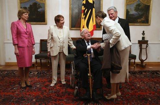 b13. März 2014:/b Joachim Gauck und Daniela Schadt geben im Schloss Bellevue einen Empfang zu Ehren des Altkanzlers Helmut Schmidt. Foto: Getty Images Europe