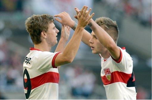 Timo Werner (links) und Alexandru Maxim jubeln über das erste Tor des VfB Stuttgart – was das einzige blieb. In unserer Bildergalerie finden Sie die Noten für die Roten. Foto: dpa