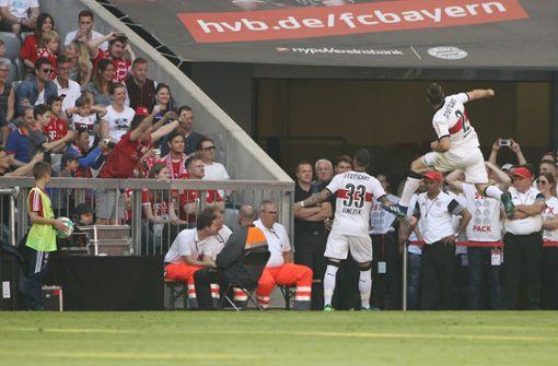 Von den 100 Bundesliga-Begegnungen hat der VfB 18 gewonnen, zuletzt am 12. Mai diesen Jahres (im Bild der Stuttgarter Jubel von damals). Damit hat der VfB knapp jedes fünfte Spiel gewonnen. Ein weiteres Fünftel der Spiele endete unentschieden (20), in drei von fünf Begegnungen (62) gingen die VfB-Kicker als Verlierer vom Feld. Foto: Getty Images/Bongarts