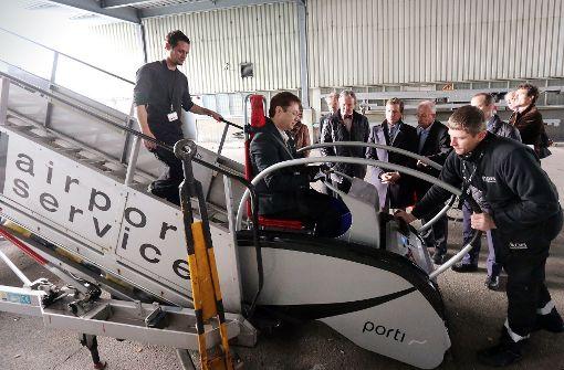 Rollstuhlfahrerin am Flughafen auf sich gestellt