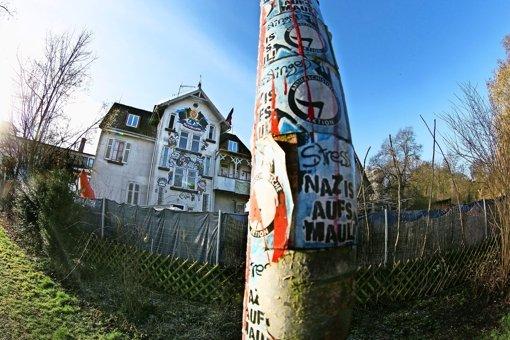 """Die Bewohner halten an ihrem """"emanzipatorischen Wohn-, Kultur- und Lebensprojekt"""" Villa Galgenberg fest. Manche in der Stadt empfinden die Villa jedoch als eine Provokation  und würden den """"Schandfleck""""  lieber heute als morgen loswerden. Foto: Horst Rudel"""