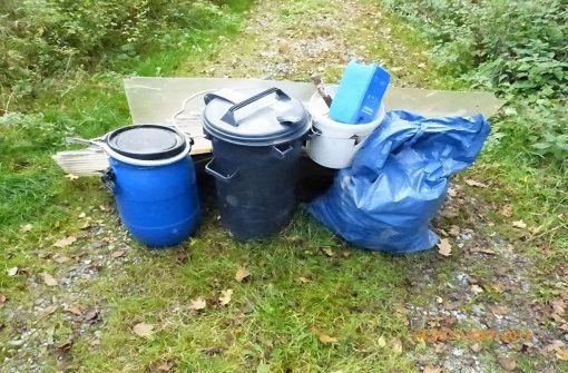 Die unerlaubt entsorgten Abfälle zwischen Ehningen und Hildrizhausen. Foto: Polizeipräsidium Ludwigsburg