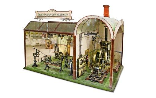 Alles voll funktionstüchtig: rechts die  Dampfmaschine mit Turbine, links die Werkstatt Foto: Horst Rudel
