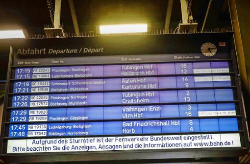 Reisende stranden am Hauptbahnhof