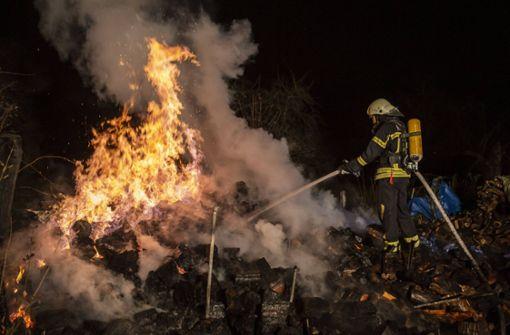 Wieder brennen Holzstapel – war es Brandstiftung?