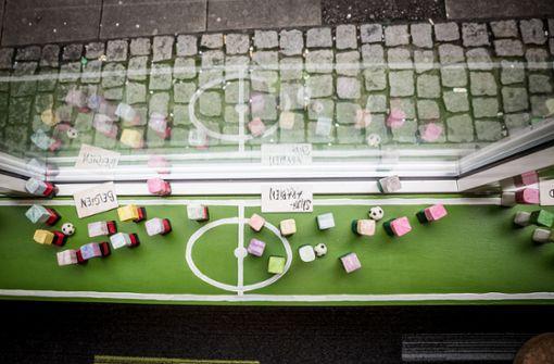 Aus der Vogelperspektive: die Mannschaften im Bürofenster Foto: Lichtgut/Julian Rettig