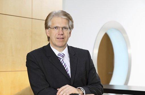 Bereits 1990 stieg Dieter Manz mit seiner Firma ins Solargeschäft ein – heute liefert die Manz AG  komplette Anlagen zum Bau besonders  materialsparender Solarzellen. Die Zukunft der deutschen Solarbranche sieht Manz düster. Foto: Manz