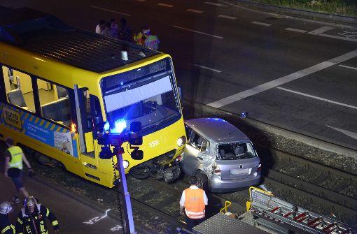 Auto von Stadtbahn erfasst – fünf Verletzte