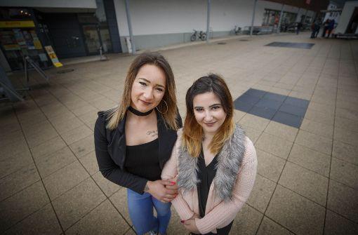 Zwei Freundinnen gegen eine grobe Glatze