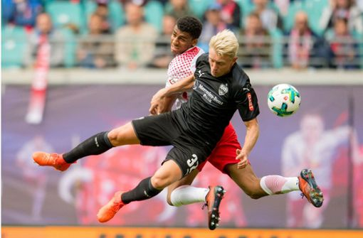 Andreas Beck (vorn) gegen Bernardo – im Hinspiel unterlag der VfB Leipzig knapp mit 0:1. Foto: AFP