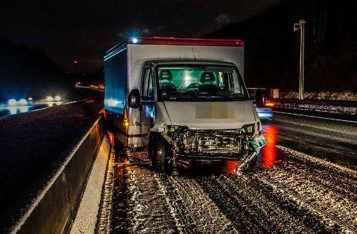 Smart schleudert bei Unfall auf Kleintransporter