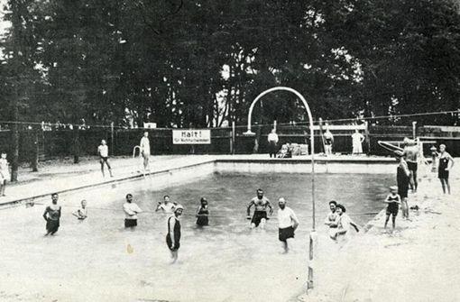 """Auf dem Foto vom """"Luftbad"""", wie man das Vorgängerbad des Killesberg-Höhenfreibads nannte, schauen alle Gäste in die Kamera, keiner schwimmt. Es ist Ende der 1920er Jahre entstanden. Foto: Sammlung Isolde Arleiden"""