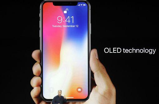Der Bildschirm des iPhone X ist mit einer Diagonale von 5,8 Zoll größer als beim bisherigen Plus-Modell. Foto: AP