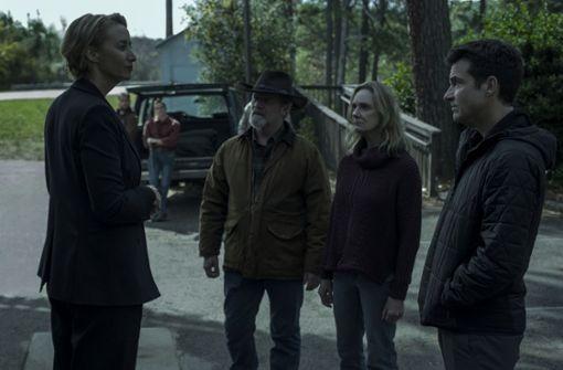 Marty (Jason Bateman, re.) und seine lokalen Partner (Peter Mullan, Lisa Emery) bekommen Besuch von einer Abgesandten des Drogenkartells (Janet McTeer, li.).  Foto: Netflix