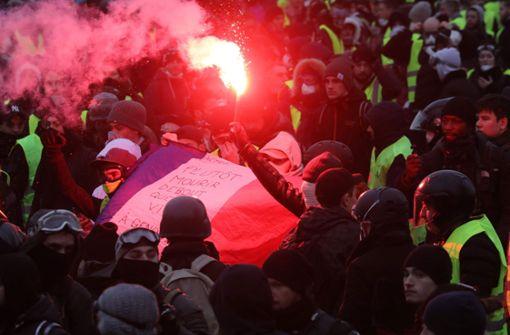 Bei den Gelbwesten-Protesten wurden am Samstag mehrere Menschen verletzt. Foto: AFP