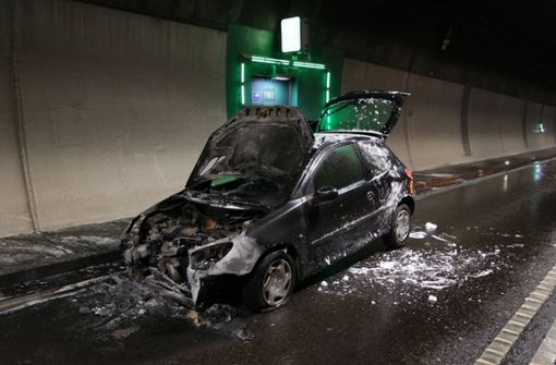 Auto brennt im Heslacher Tunnel