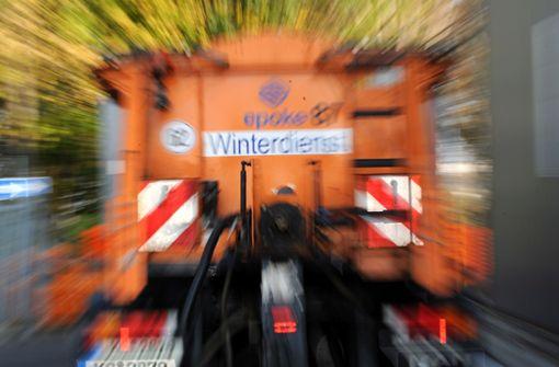 Streufahrzeug rutscht auf glatter Straße und kracht in Schaufenster