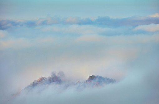 Die stimmungsvollen Alb-Fotos werden im Bildband jeweils von kurzen Texten begleitet. Bei diesem Foto, das die Hügel am Jusi im herbstlichen Nebel zeigt, erinnert Faltin an den Dichter Eduard Mörike, der ddie Alb aus ungezählten Wanderungen und Spaziergängen gut kannte.  Foto: Faltin