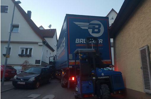 Erst eine Hauswand stoppte den Laster. Foto: 7aktuell.de/Franziska Hessenauer