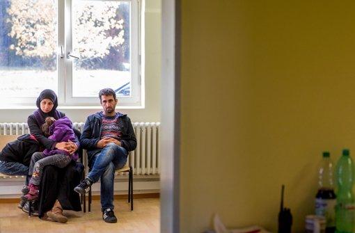 Eine Flüchtlingsfamilie wartet in einer Schweriner Erstaufnahmeeinrichtung auf die Erfassung ihrer Daten. Foto: dpa