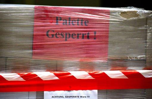 Eine Palette mit Nudel-Fertiggerichten, die unter Verdacht stehen mit Pferdefleisch verunreinigt zu sein, stehen am 19. Februar in Neuss (Nordrhein-Westfalen) im Kühlhaus Düsseldorf. Foto: dpa