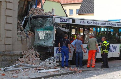 Bus kracht in Haus - ein Toter