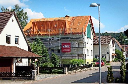 Zu hoch: Hausbesitzer baut    Dach selbst zurück