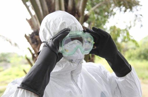 Eine Krankenschwester in Liberia im Schutzanzug. In Nigeria ist Klinikpersonal aus Angst geflohen. Foto: dpa