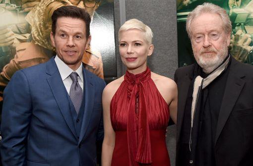 Mark Wahlberg (li.), Michelle Williams und Ridley Scott (re.): Spötter könnten meinen, Scott stecke hier gerade Wahlberg hinter dem Rücken von Williams Geld zu. Foto: AFP