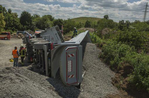 Laster kippt um – Fahrer verletzt