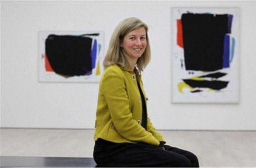 Ulrike Groos (hier mit Arbeiten von Willi Baumeister) lenkt das Kunstmuseum Stuttgart seit 2010 Foto: dpa